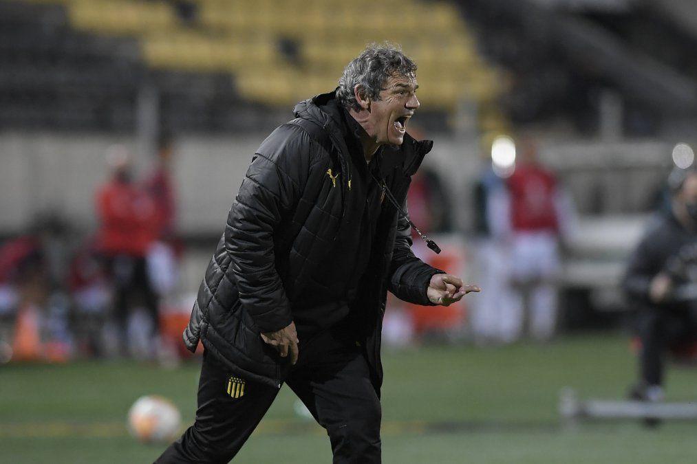Mario Saralegui apuesta a quedarse hasta febrero en Peñarol por una cláusula de prórroga automática