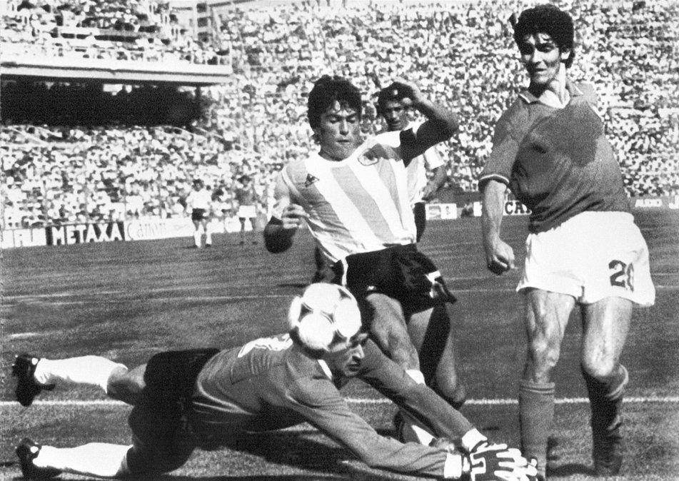 En España 82 disputando una pelota con Pasarella y Fillol de Argentina.