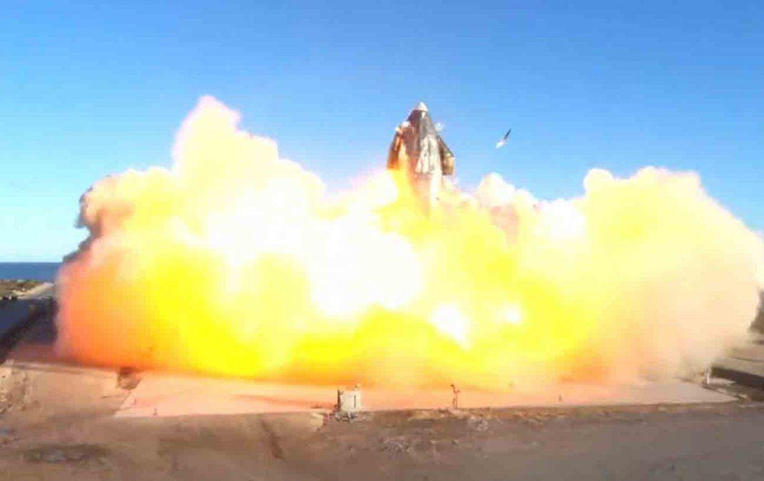 Prototipo de nave SpaceX estalla al aterrizar en prueba considerada exitosa