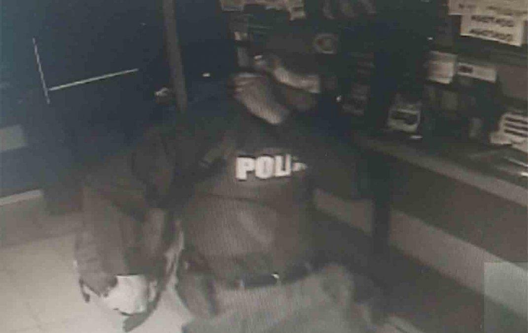 Delincuente vestido de policía robo $500 mil en un Abitab