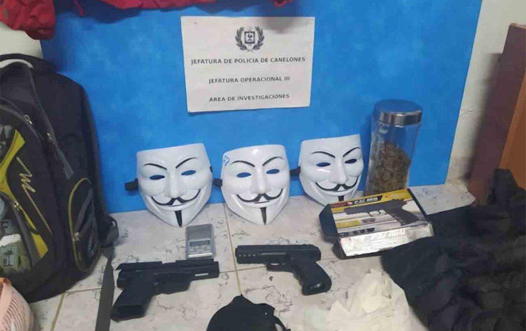 Detienen a dos rapiñeros que usaban máscaras de Anonymous