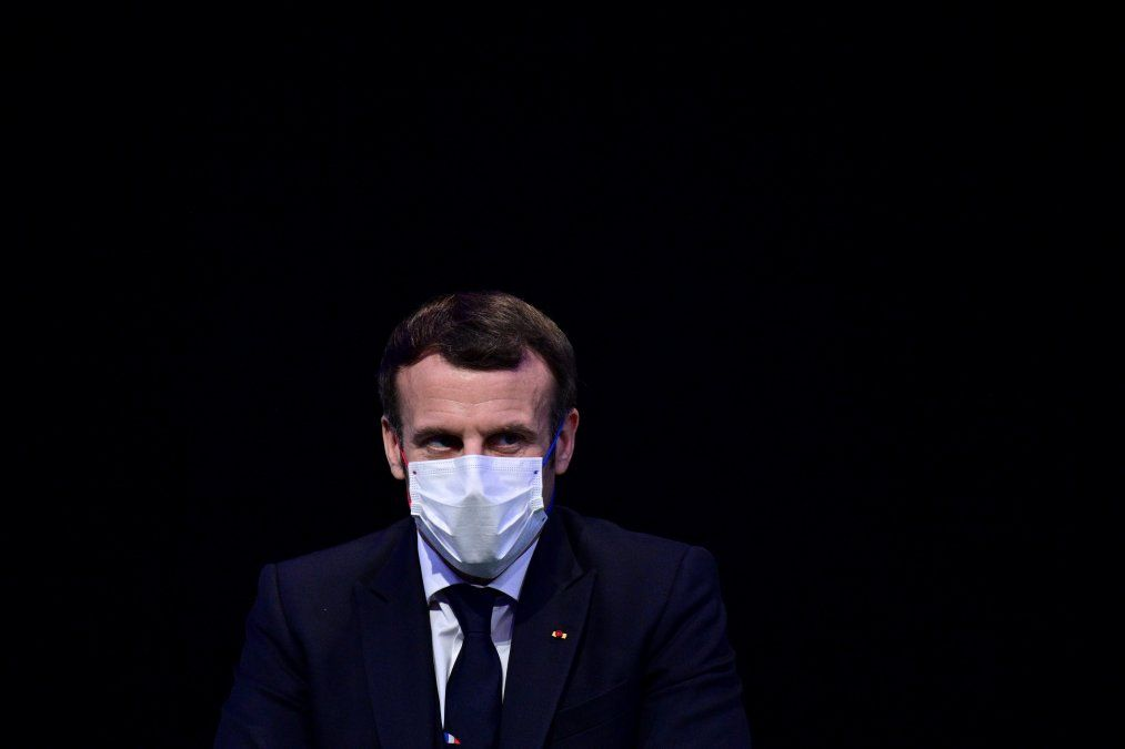 Presidente francés con coronavirus y su colega español está aislado por haber sido contacto
