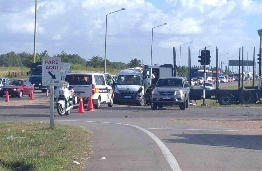 Cuatro personas fallecieron en un accidente entre un camión y una camioneta minibus