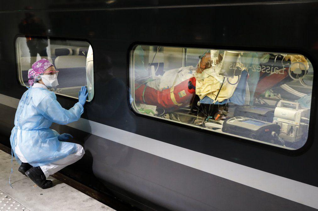 Personal médico mira desde la plataforma de la estación de Gare dAusterlitz previo a la evacuación de pacientes en un tren de alta velocidad en París.