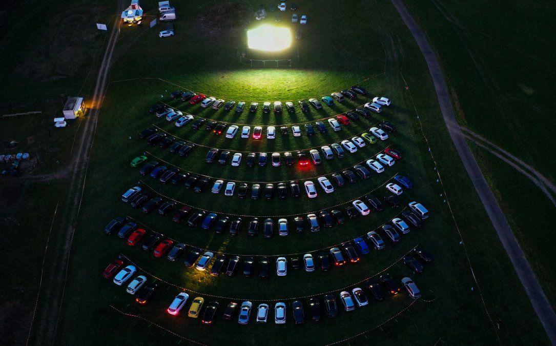 Una vista aérea muestra a espectadores de cine desde sus autos estacionados en el oeste de Alemania