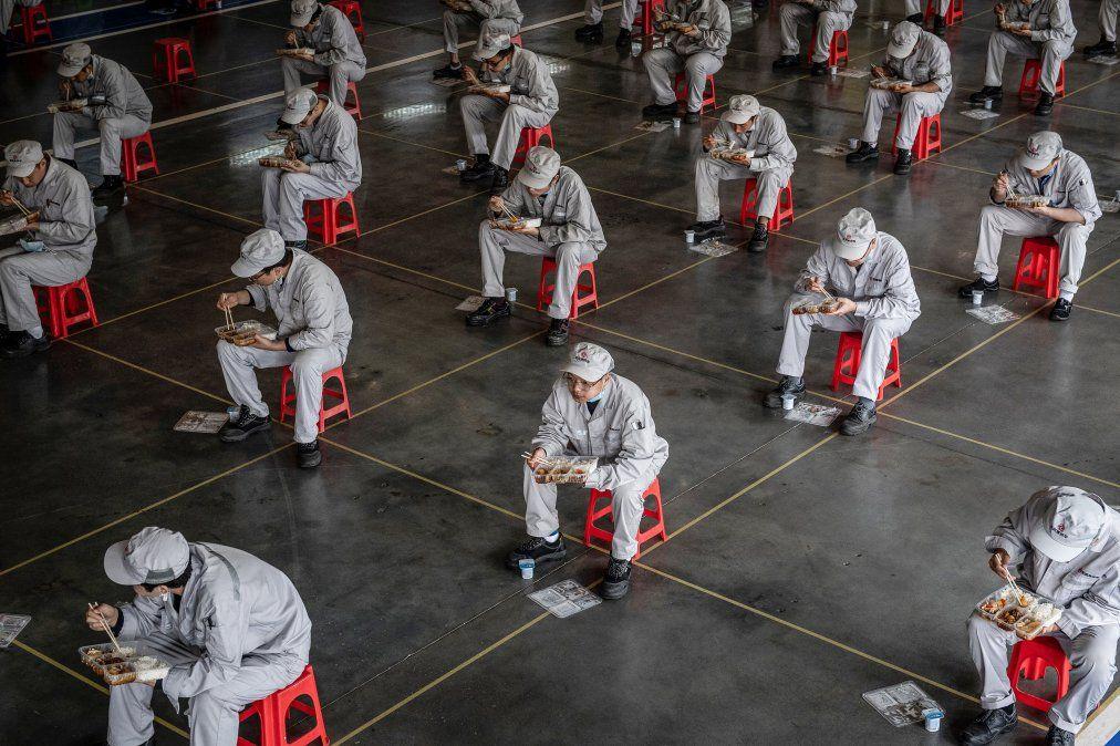 Empleados almuerzan en la planta de Honda en Whuhan