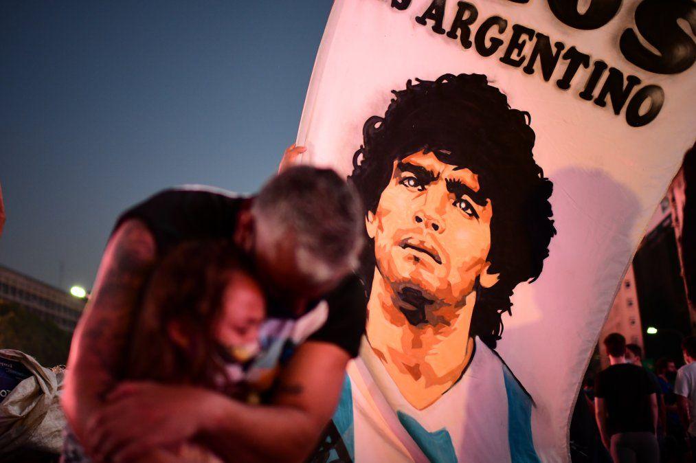Un padre y su hija lloran la muerte del futbolista Diego Maradona