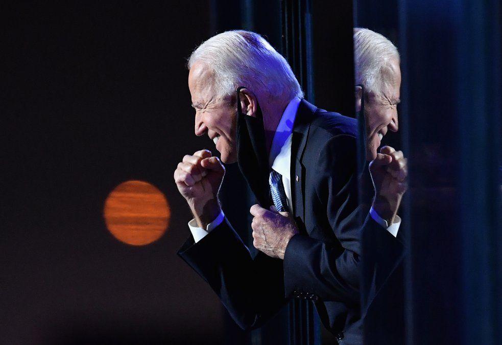 El presidente electo Joe Biden hace un gesto a la multitud en Wilmington
