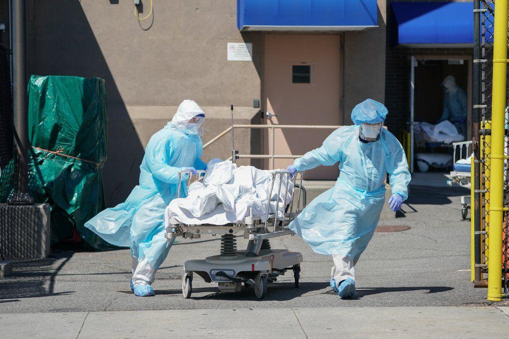Los cadáveres se trasladan a un camión de refrigeración que funciona como depósito de cadáveres temporal en el Hospital Wyckoff en el distrito de Brooklyn