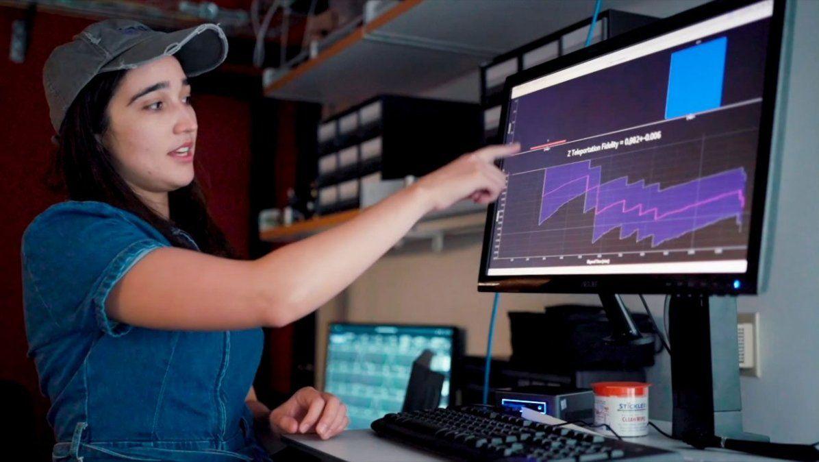 Samantha Davis de Caltechanaliza los datos de fidelidad de teletransportación cuántica de CQNET utilizando un software de datos en tiempo real.