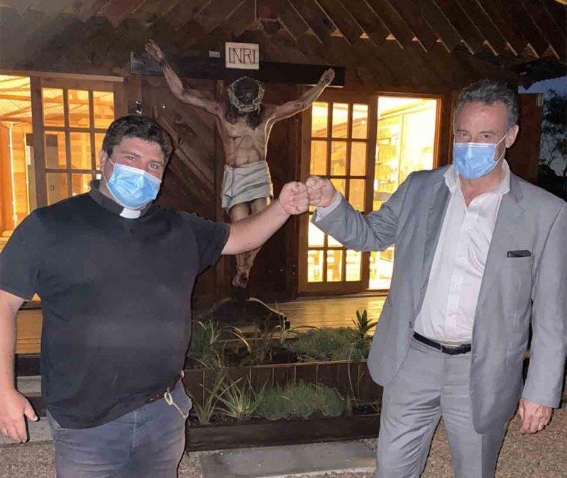 Tras cruce en Twitter Salinas visitó de sorpresa al cura Andrés El Gordo Verde
