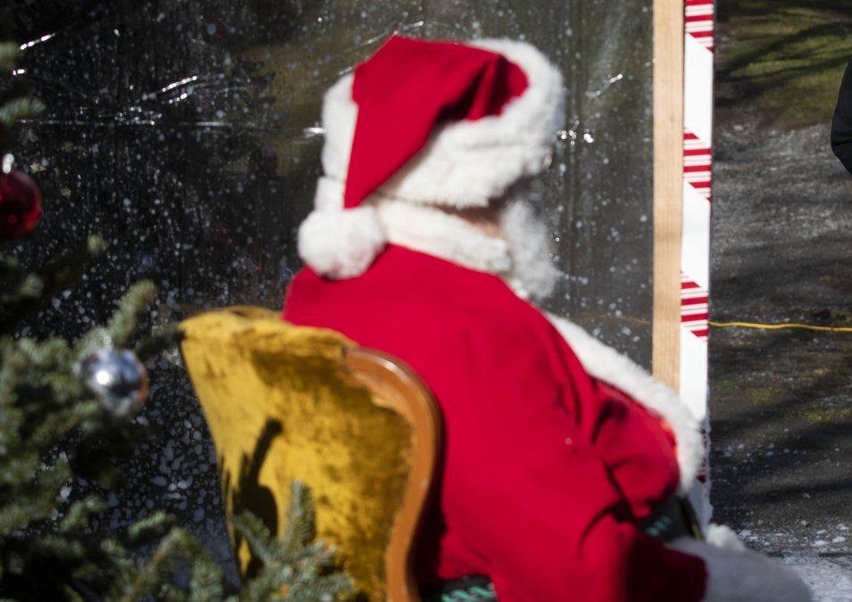 Cientos de canadienses reciben tarjetas regalo y poemas de un Papá Noel anónimo
