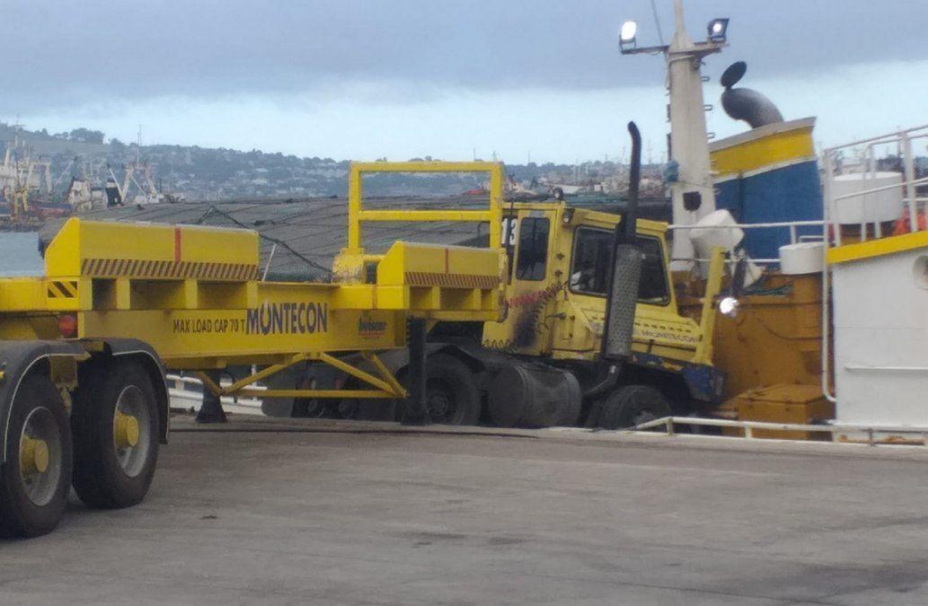 Camión de carga se lanzó hacia barco pesquero en el Puerto