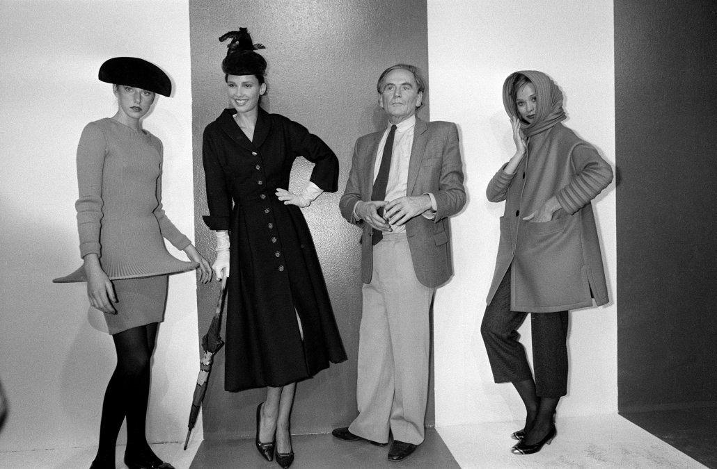 Junto a sus modelos en una retrospectiva de 1981