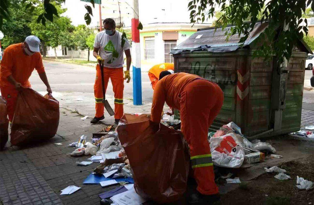 Alcalde blanco salió con cuadrilla a limpiar la basura del Municipio CH