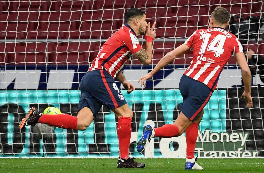 Suárez le dio la victoria al Atlético de Madrid y dejó al Colchonero líder en solitario