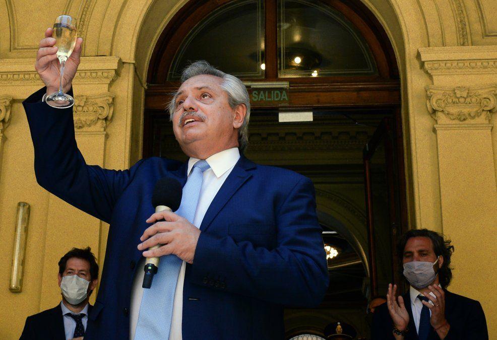 Más confinamiento en Argentina: fuerzas de seguridad actuarán para disipar la gente, advirtió presidente