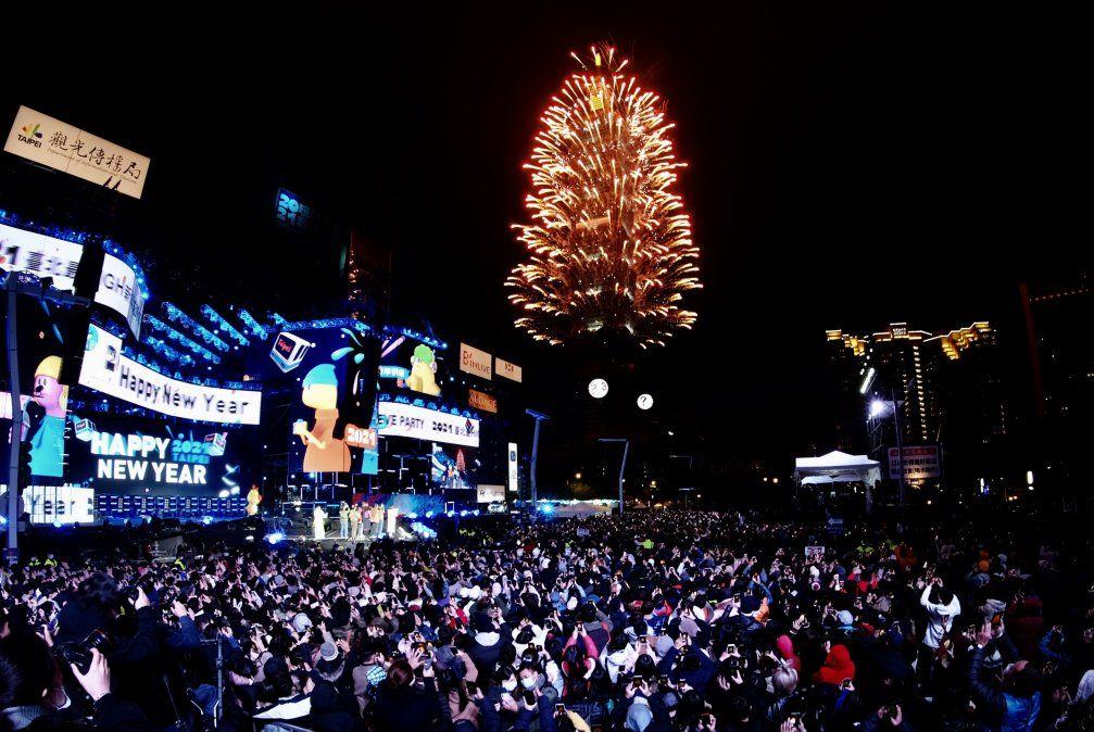 Fuegos artificiales lanzados desde el edificio comercial Taipei 101 para celebrar el Año Nuevo en Taipei