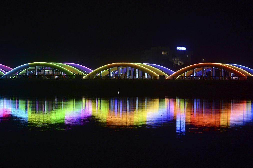 El puente Napier iluminado se muestra en la víspera de Año Nuevo en Chennai