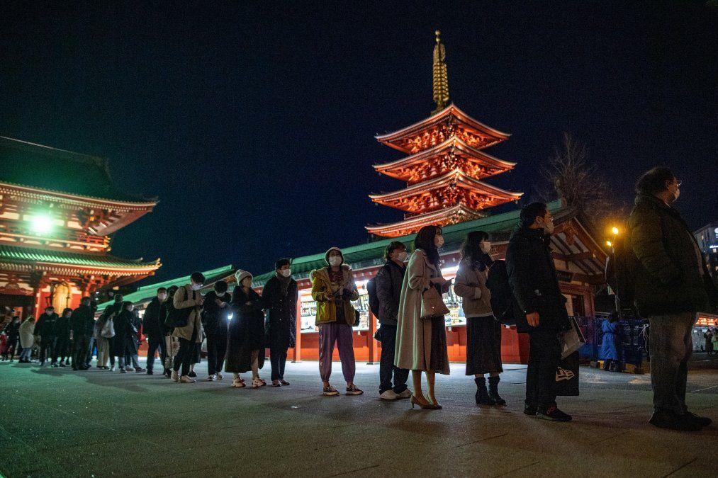La gente hace cola para ofrecer oraciones en el Templo Sensoji