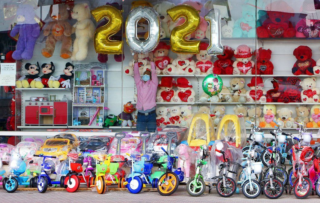 Un vendedor decora su juguetería antes del Año Nuevo en la ciudad de Kuwait.