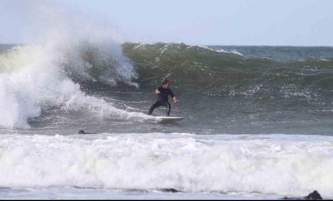 Luis Lacalle Pou empezó el año surfando las olas de Rocha