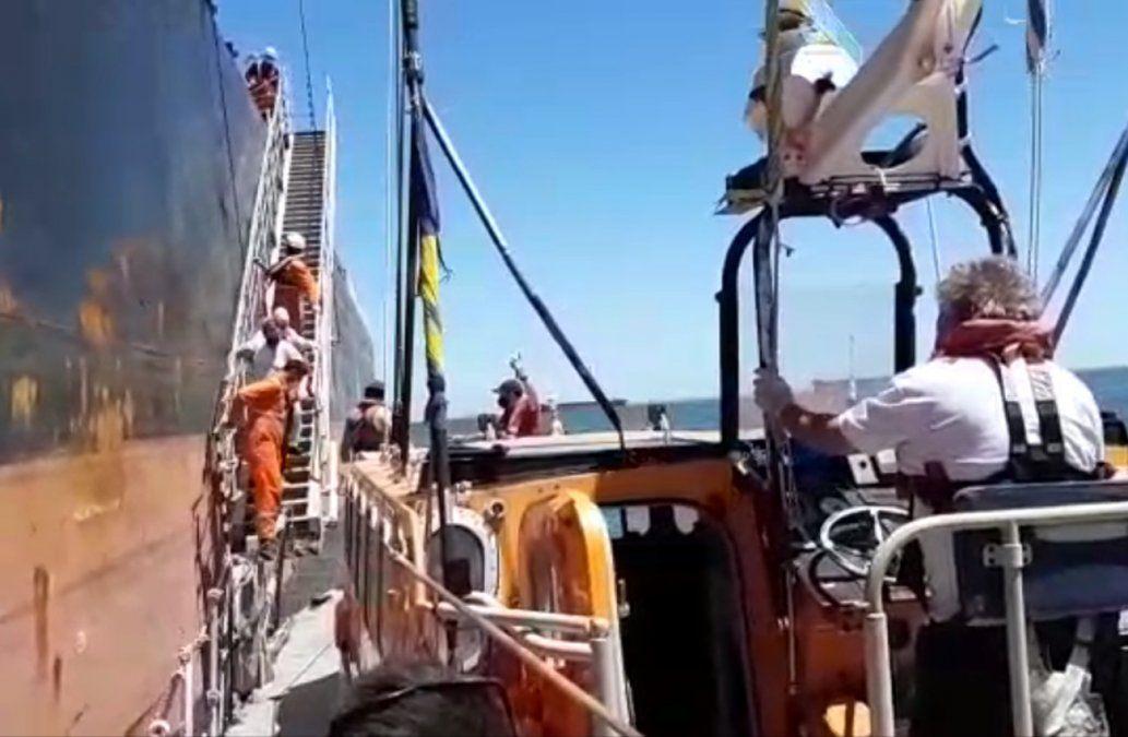 Así evacuaron al tripulante de un buque que tenía síntomas de paro cardíaco