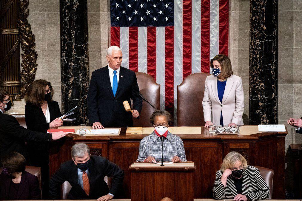 Vicepresidente Michael Pence y Nancy Pelossi presiden la sesión en el Congreso en el que se validó la victoria de Biden y se acordaron los términos de la transición que durará hasta el 20 de enero