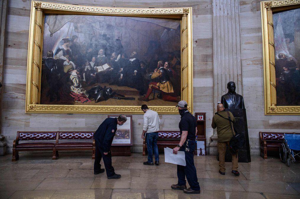Arquitectos del Capitolio verifican daños en la Rotonda en Washington