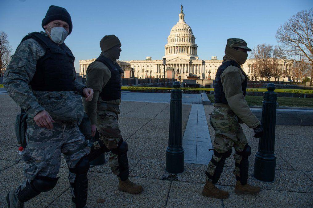 Los miembros de la Guardia Nacional de DC pasan frente al Capitolio