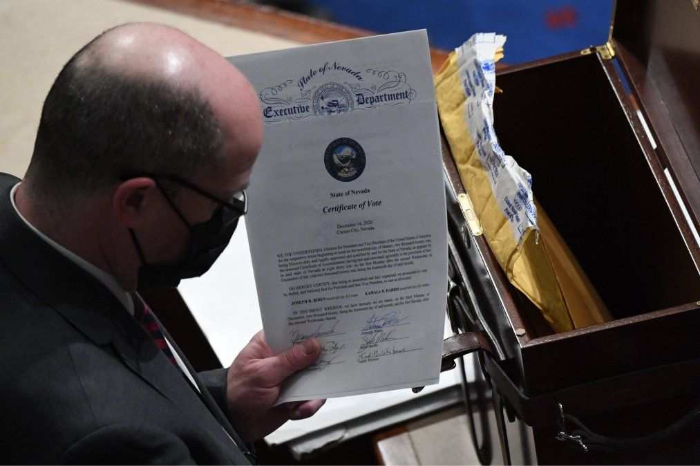Un hombre sostiene el certificado de voto del estado de Nevada.