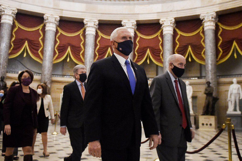 Mike Pence regresa de la Cámara seguido de una procesión del Senado en el Capitolio
