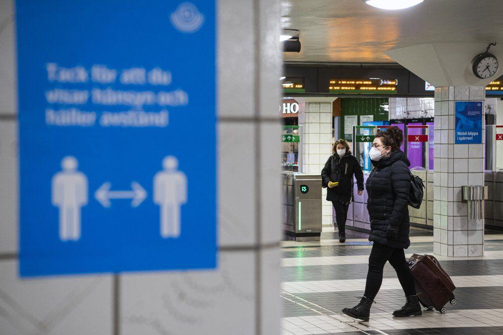 En el metro de Estocolmo rigen medidas de distancia física y uso de tapabocas. En los primeros meses de la pandemia el gobierno había optado por la libertad de cada uno usando la estrategia de inmunidad de rebaño. Ahora se sabe que esto no era cientíicamente sostenible.