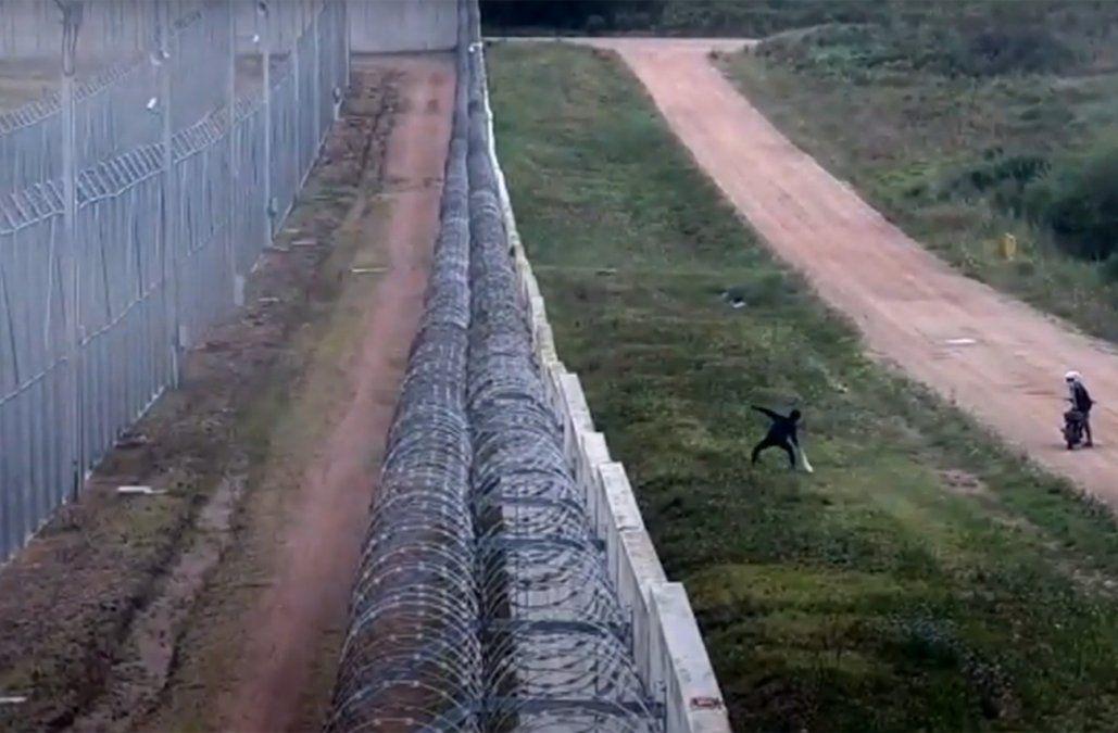 Detenidos in fraganti cuando arrojaban droga y celulares para adentro de la cárcel