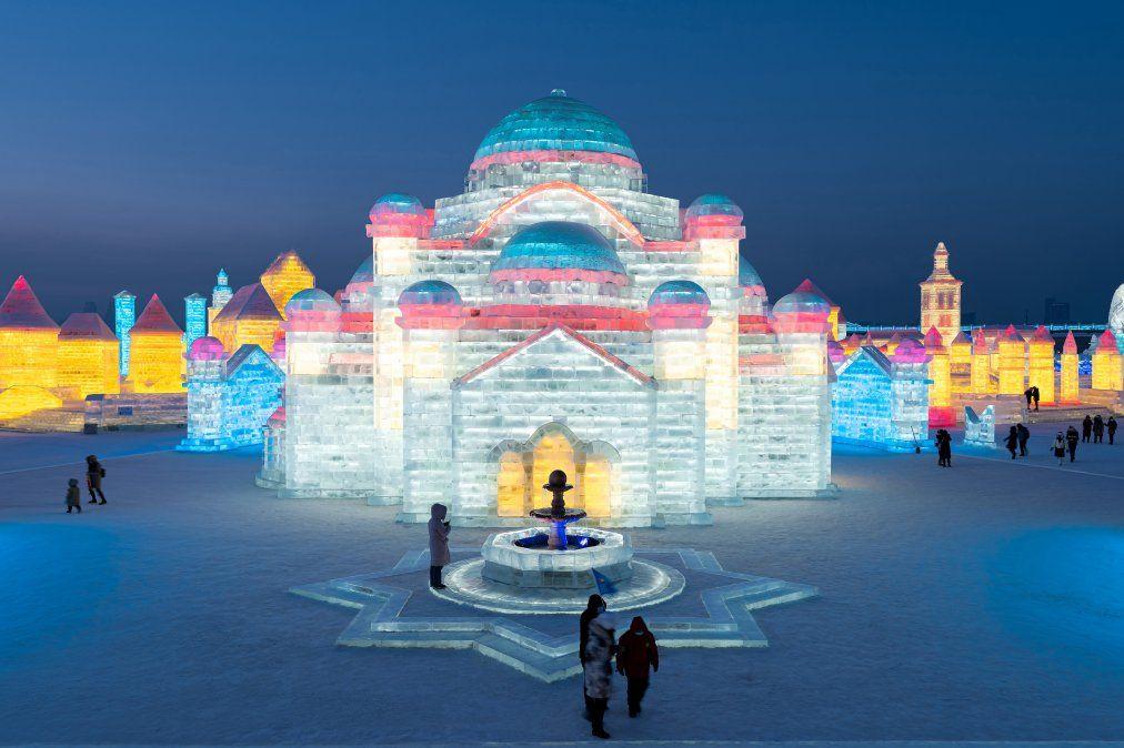 La gente mira esculturas de hielo en el Festival de hielo y nieve de Harbin en Harbin