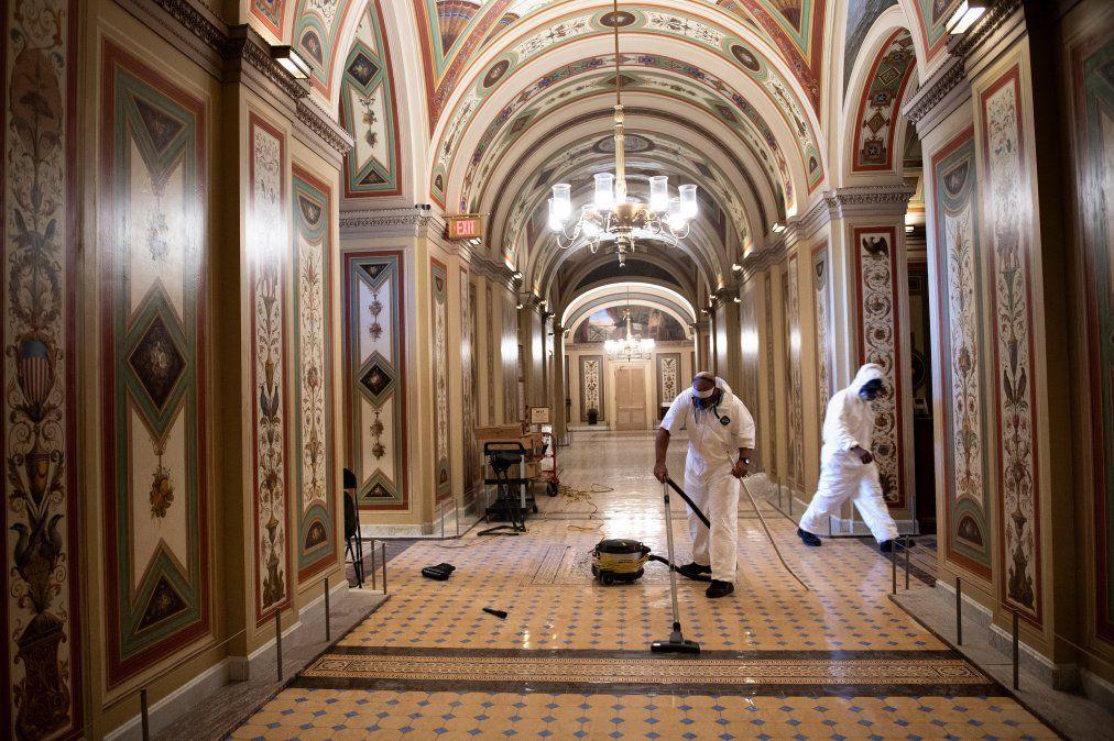Los trabajadores del Capitolio limpian los daños