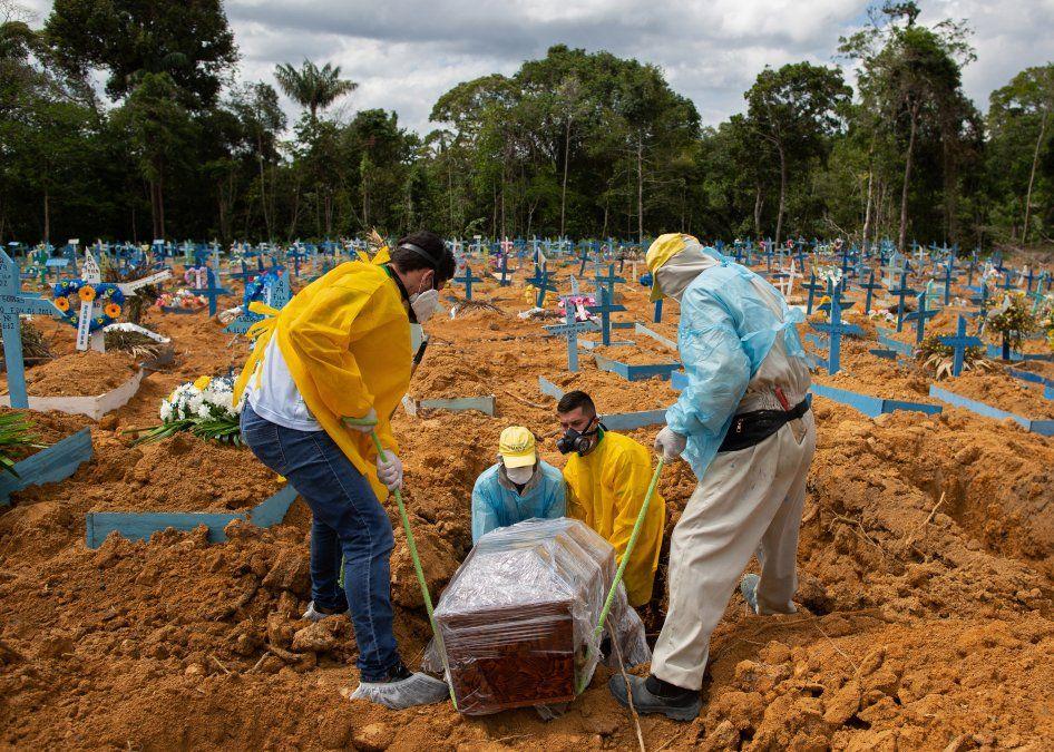 Un entierro se lleva a cabo en un área reservada para las víctimas del COVID-19 en el cementerio Nossa Senhora Aparecida en Manaus