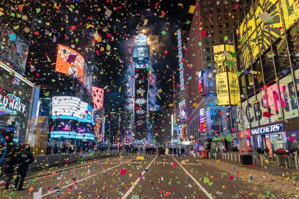 La bola cae para sonar el año nuevo en un Times Square casi vacío en la ciudad de Nueva York el 1 de enero de 2021.