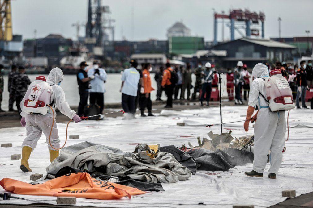 Hallan partes de cuerpos después de accidente de avión Indonesio