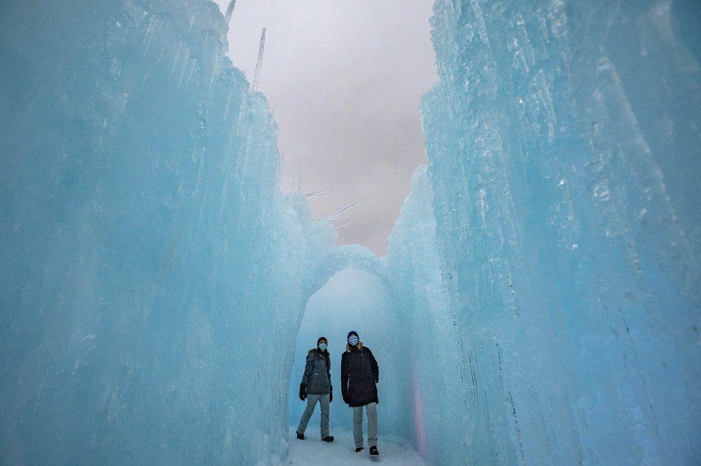 La gente explora las paredes de hielo