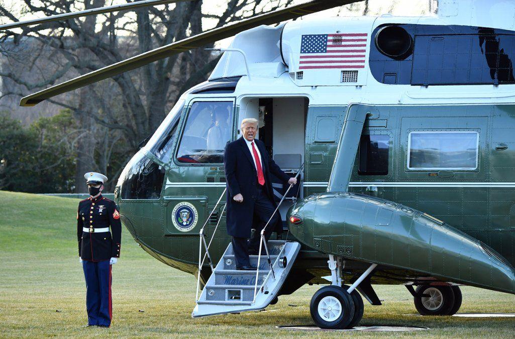 Donald Trump dejó la Casa Blanca en helicóptero y prometió regresar de alguna forma