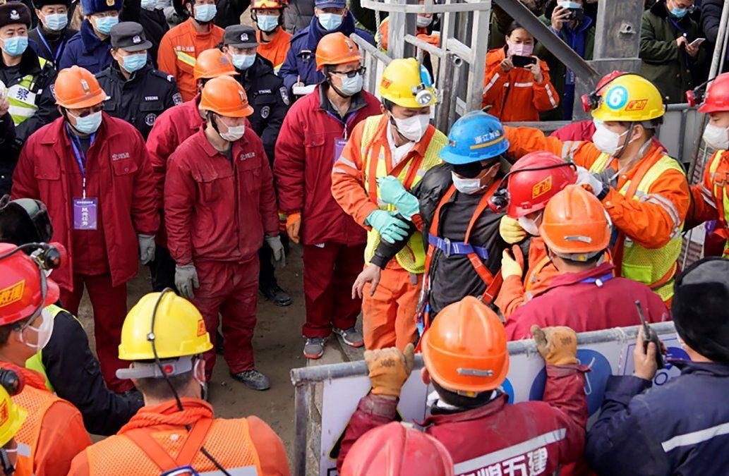 Rescatados 11 de los mineros atrapados en mina de oro China