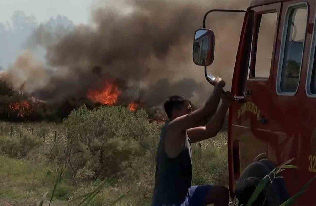 Bomberos trabaja para apagar un incendio forestal en Villa San José