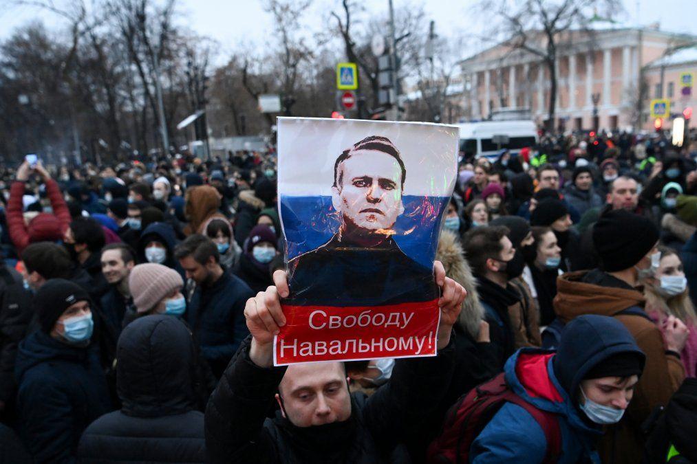 Protestantes marchan en apoyo al lider opositor encarcelado Alexei Navalny en el casco central de Moscú