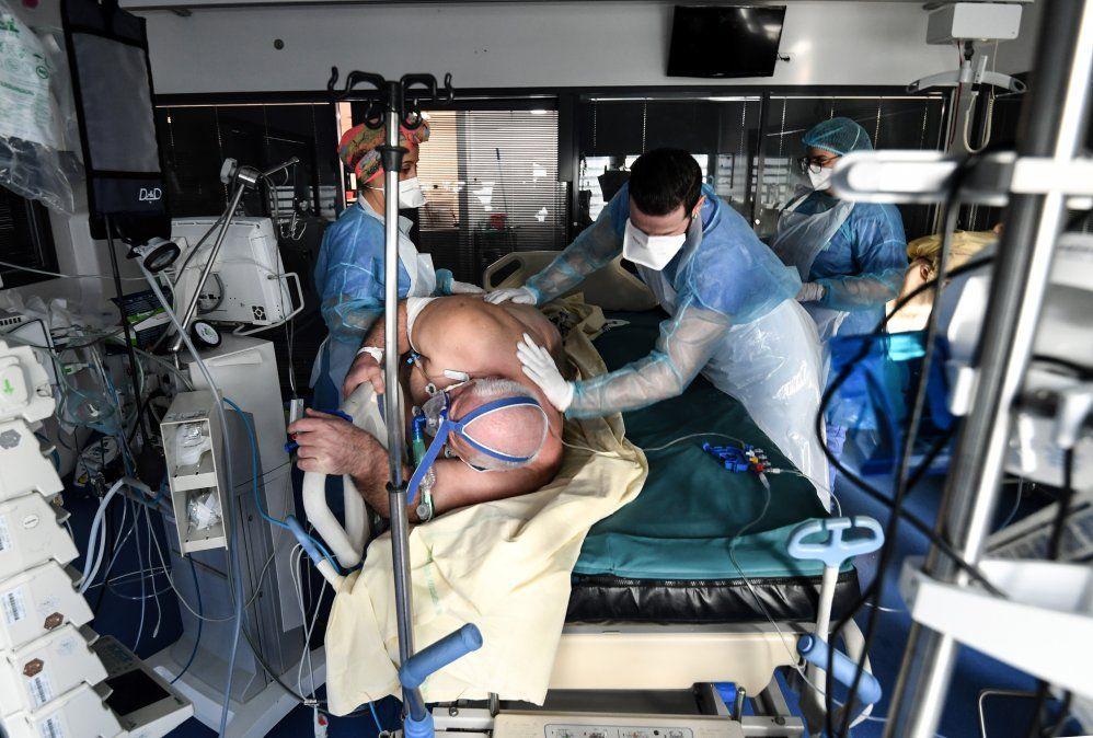 Personal medico atiende a un pacente en la unidad de cuidados intensivos para pacientes infectados con Covid-19.