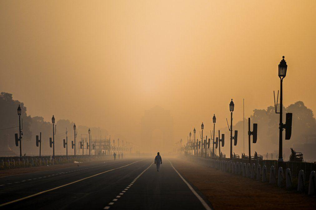 Un hombre camina a lo largo de Rajpath en medio de condiciones de smog en Nueva Delhi