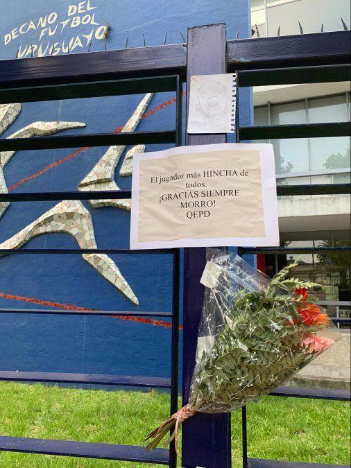 Hinchas de Nacional rinden homenaje a Santiago Morro García en la puerta de la sede del club