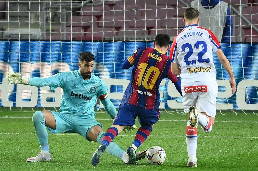 Messi sella un doblete y queda a un tanto de Suárez