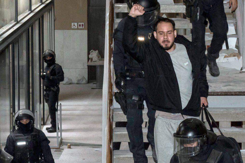 Pablo Hasel ya detenido saluda a sus adherentes