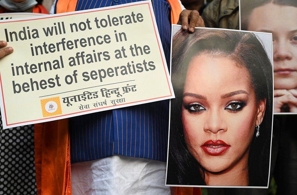 Polémica en India por una foto de Rihanna en topless con una imagen del dios Ganesh